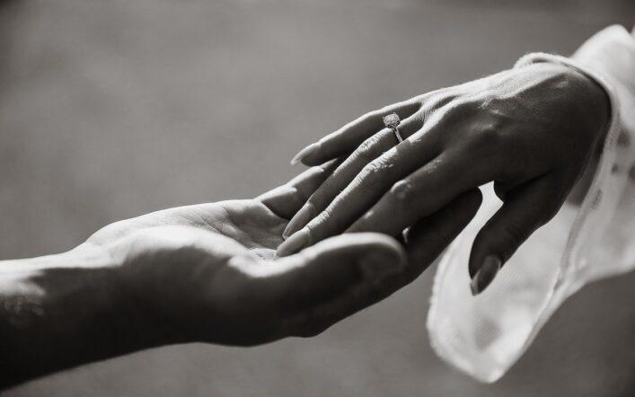 Tradycyjne zaręczyny i współczesna uroczystość